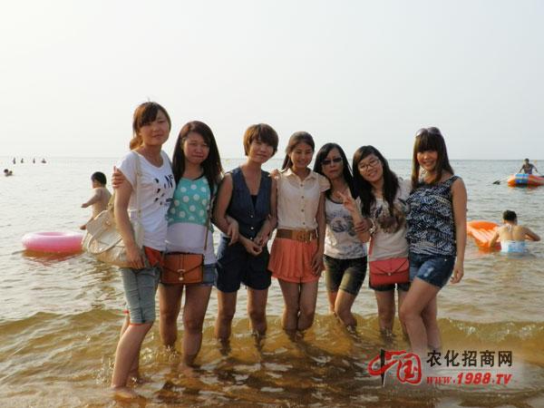 青春靓丽的美女海边戏水