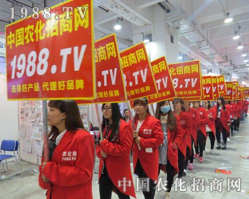 """红色""""燕尾服""""宣传队伍在第21届山东植保会成风景"""