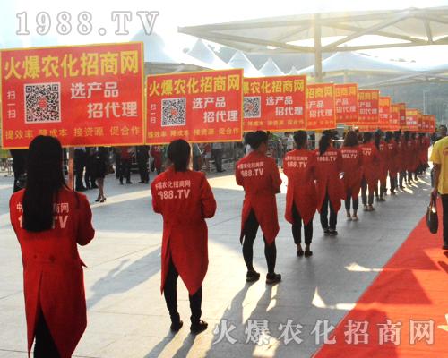 身着红色燕尾服的宣传队伍在2016广西农资会上彰显魅力